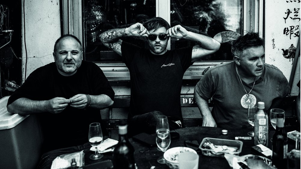 """Les auteurs du livre des """"Recettes de Manu & de son équipage"""": (de g. à dr.) Greg Salmon, graphiste, Vincent Guignet, photographe et Manu Torrent, pêcheur. Pour ce premier ouvrage, ils ont créé la maison d'édition des 3 morues."""