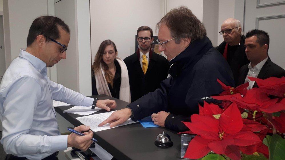 Dominique Degaudenzi, président du comité référendaire (à dr.), a remis la demande à Giancarlo Stella, secrétaire municipal, jeudi matin à Morges.