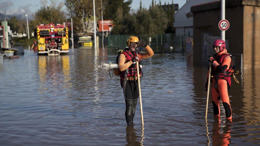 A Fréjus, dans le département du Var, les pompiers sont à l'œuvre pour porter secours aux sinistrés.