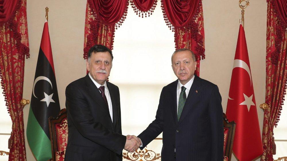 A en croire la chaîne al-Arabiya, un moratoire était aussi prévu sur l'envoi de troupes turques en Libye annoncé le 26décembre, par Recep Tayyip Erdogan (à droite) pour soutenir le gouvernement de Fayez al-Sarraj (à gauche).