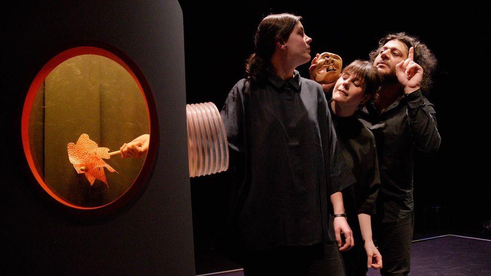 """Dans """"C'est tes affaires"""", les comédiens de la Compagnie Predüm s'emparent des accessoires et doudous préférés des (jeunes) spectateurs pour leur donner vie sur scène. A voir ce dimanche au théâtre de Beausobre."""