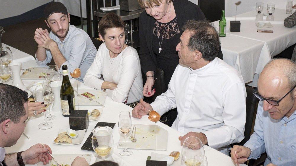 Une fois n'est pas coutume, Carlo Crisci s'est attablé dans son restaurant, samedi soir, juste avant qu'il ne ferme. Dans la salle, il a retrouvé son fils, Angelo (à g.), mais également son épouse Christine.