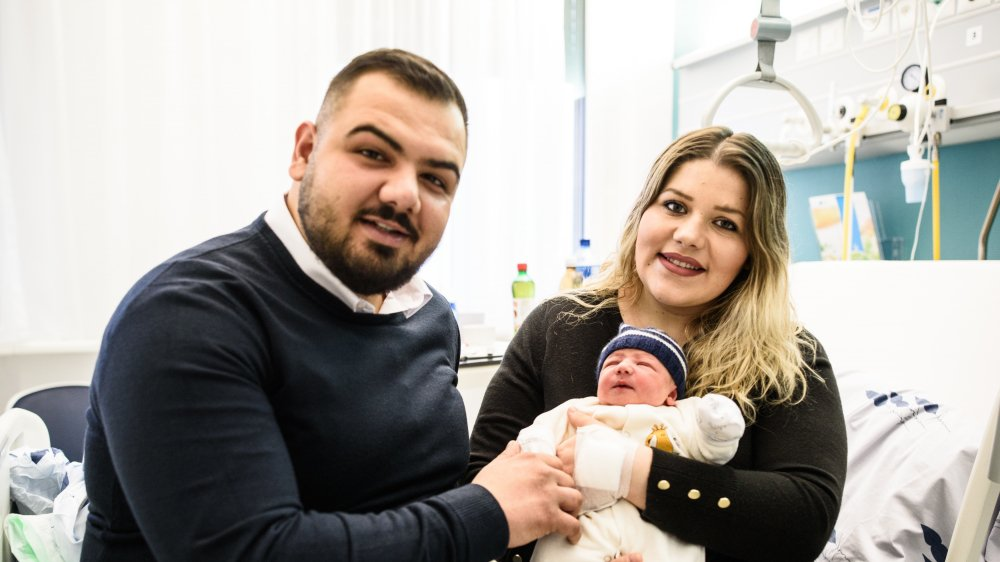 Imer, entouré de ses parents Blerta et Perparim Shabanaj, mesure 49 cm et pesait 2,910 kg à la naissance.