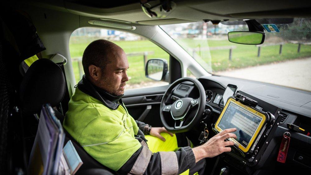 Le véhicule de patrouille du TCS de David Glutz est un véritable bureau-atelier mécanique mobile.