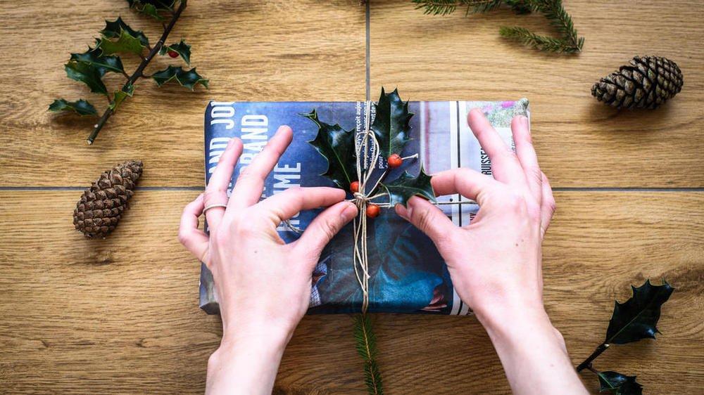 Pour limiter les déchets, on oublie le papier cadeau qu'on remplace par du tissu ou du papier journal qu'on noue avec une ficelle naturelle et des végétaux.