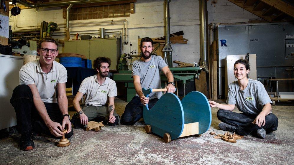 A l'entreprise MH Bois, on fabrique des jouets pour enfants. De gauche à droite: Bastien Morax (associé), Stan Lartigue, Yoann Humbert (associé), et Sandrine Huck