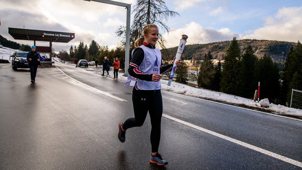 Membre du Ski-club Vallée de Joux, Noémie Rochat a passé la douane samedi à 14h43 pour ramener le feu sacré venu de Grèce sur territoire suisse.