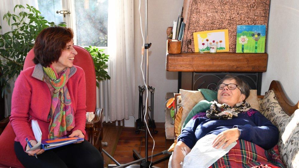 Alors que les antibiotiques coulent dans la veine, Anne-Lise Golaz s'enquiert de l'état de santé général de la personne sortie il y a peu de l'hôpital après une opération.