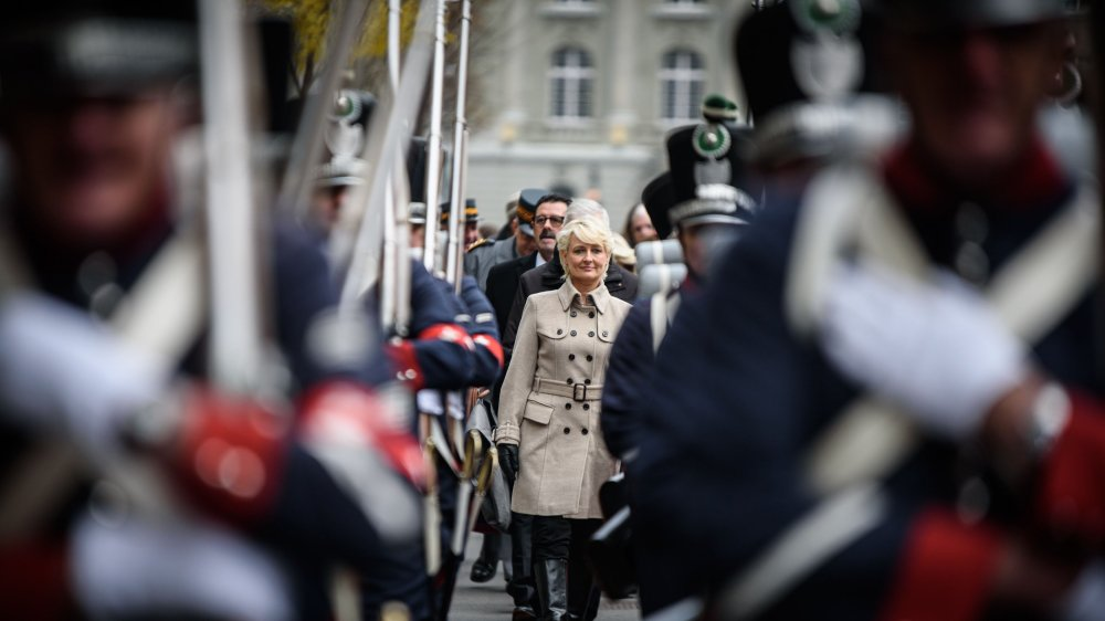 Isabelle Moret a été accueillie par les Milices vaudoises sur la place fédérale, mercredi matin.