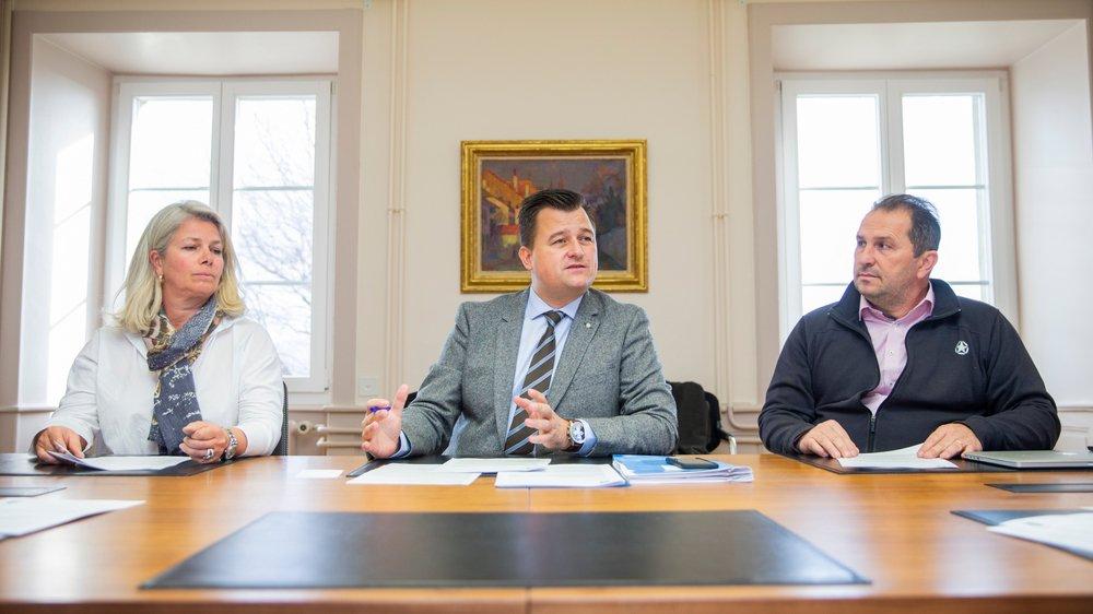 Les électeurs auront le choix parmi quatre candidats afin de remplacer les municipaux démissionnaires Sandra Gordon et Agrippino Cardello, ainsi que le syndic François Roch (au centre).