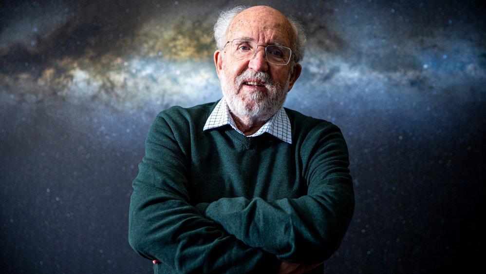 Michel Mayor, prix Nobel de physique, devant une photographie représentant la Voie Lactée.