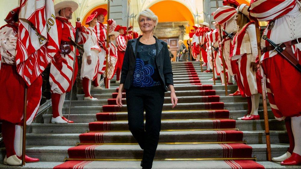 Isabelle Moret a été accueillie par les Cent-Suisses lors de son élection à la présidence du Conseil national, ce lundi à Berne.