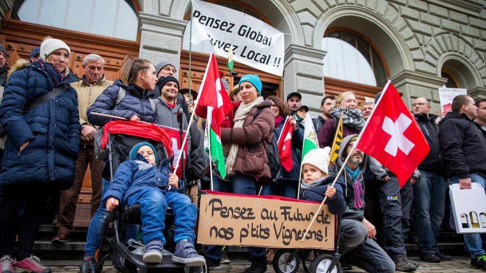 Les manifestants ont tenu à marquer leur désapprobation sur le perron du bâtiment abritant l'Office fédéral de l'agriculture qui refuse de donner suite à leur demande de réduire les contingents d'importation de vins étrangers.