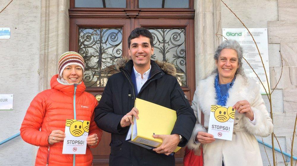 Les trois citoyens qui ont déposé l'opposition collective vendredi matin (de g. à d.): Jasmine Hess, Cristobal Orjales et Catarina Strickler.