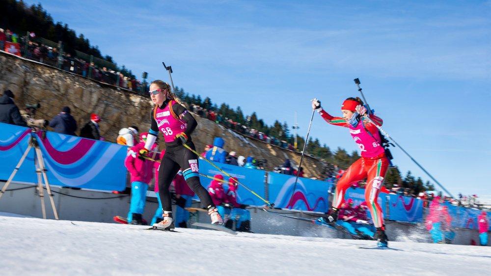 Aux stade des Tuffes, les Jeux olympiques de la jeunesse ont débuté samedi matin par la course individuelle des filles devant une belle affluence et dans une ambiance très joyeuse.