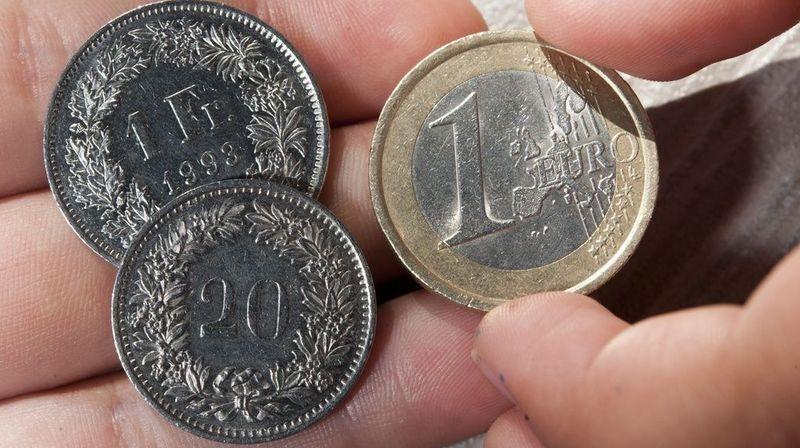 Alors que l'euro valait 1,20 franc avant l'annonce de la BNS, il avait chuté en matinée en-dessous de la parité pour atteindre un plus bas historique de 96,52 centimes.