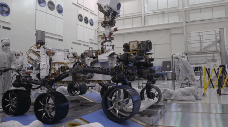 Le robot a effectué la semaine dernière ses premiers tours de roue dans la grande salle stérile du Jet Propulsion Laboratory (JPL) de Pasadena, près de Los Angeles, où il a vu le jour.