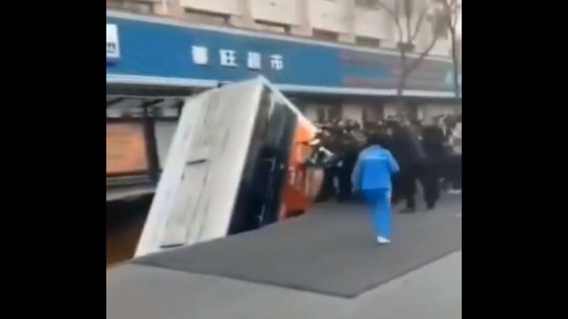Le bus a été avalé par la chaussée.