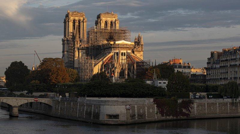 Notre-Dame de Paris sans messe de Noël et surmontée d'une grue