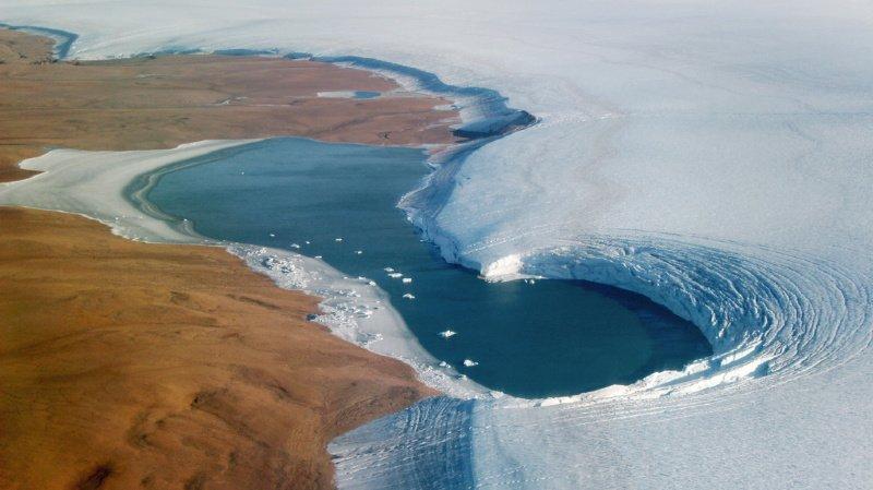 """Tom Chudley, doctorant et pilote du drone explique qu'""""avec le changement climatique au Groenland, on voit plus de lacs, plus grands, et plus hauts dans les parties plus froides de la calotte. Et on voit que certains de ces lacs commencent à se vider"""" (illustration)."""