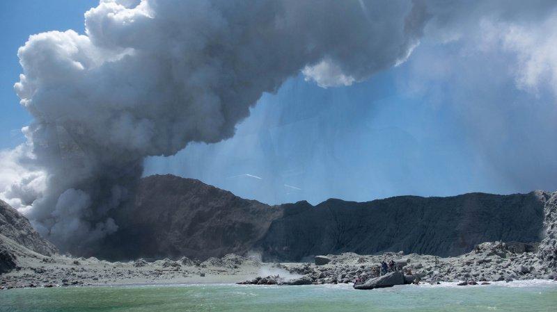 Des gaz toxiques s'échappent du cratère, et l'éruption a recouvert l'île d'une épaisse couche de cendres.
