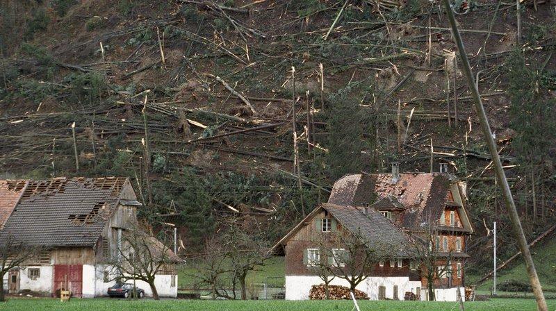 De vastes zones forestières et des bâtiments ont été dévastés ce 26 décembre 1999, comme ici dans l'Engelbergertal.