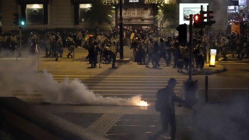 Hong Kong: affrontements dans un centre commercial la veille de Noël