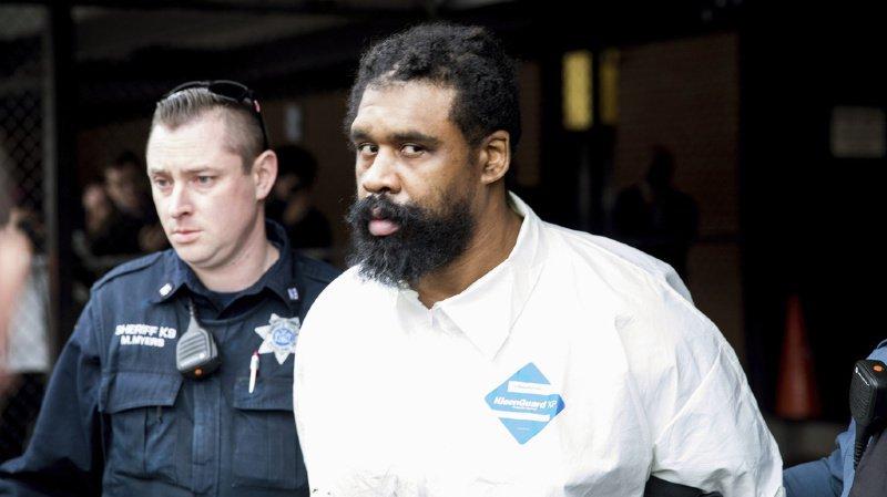 Le suspect, Grafton Thomas, est sous le coup de cinq chefs d'inculpation. Il avait blessé à l'arme blanche cinq personnes qui célébraient la fête juive de Hanoukka dans la maison d'un rabbin.