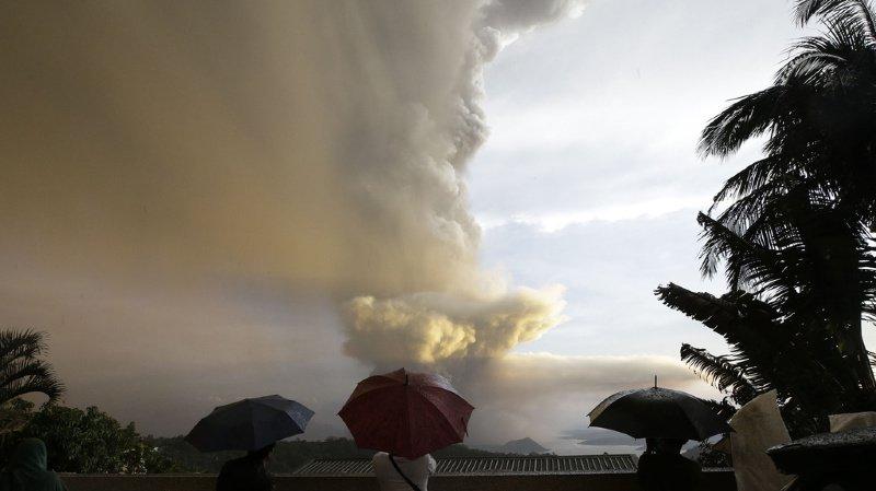 Philippines: un volcan crachant des cendres entraîne évacuations et annulations de vols