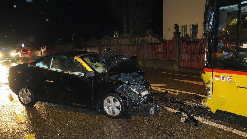 Bâle-Campagne: une voiture percute frontalement un car postal, 6 blessés