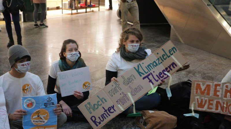 Climat: une centaine de manifestants contre les avions à Zurich-Kloten