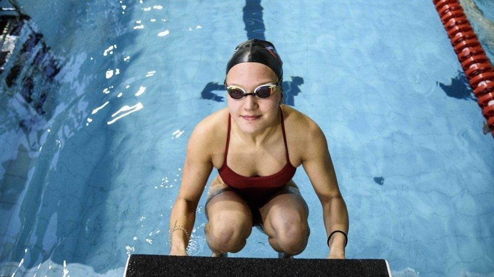 Âgée de 15 ans, Malika Gobet a réalisé une performance de choix en s'immisçant parmi les huit meilleures du 50 m dos.