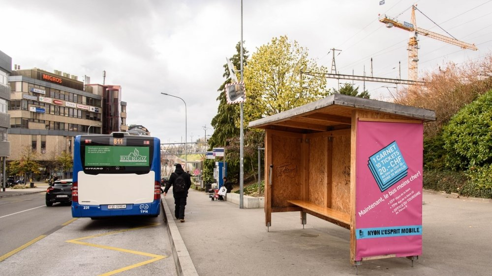 L'abribus en bois devant la gare avait été installé à titre provisoire.