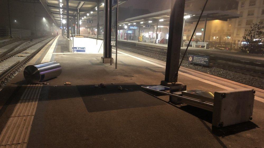 Poubelle et panneau renversés sur le quai de la gare de Nyon étaient quelques-uns des stigmates laissés par les ultras du FC Aarau après leur match contre Stade Lausanne Ouchy à Colovray samedi dernier.