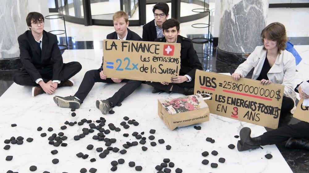 Mardi à Lausanne, le Morgien Hamza Palma (à g.) et des membres de la Grève du climat et d'Extinction Rebellion ont investi le hall de l'UBS de la place Saint-François.