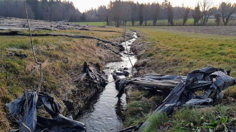 Montherod: les bâches plastiques de leurs champs de chanvre finissent dans la nature