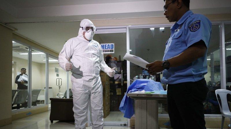 Coronavirus: une autre ville confinée, un premier mort hors de Chine