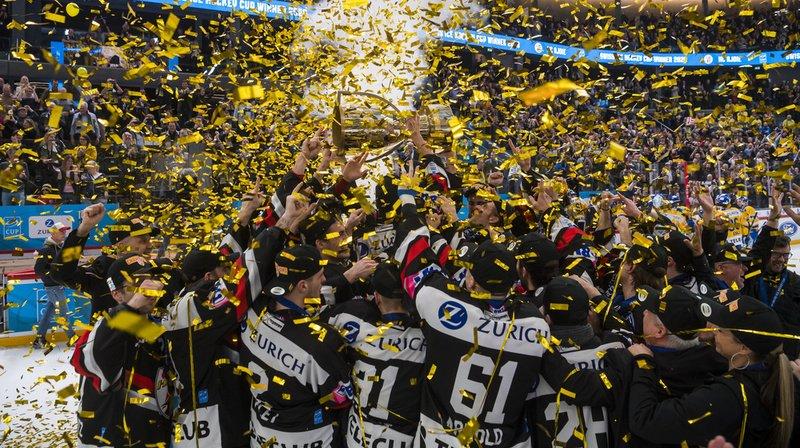Les joueurs jurassiens soulèvent le trophée.
