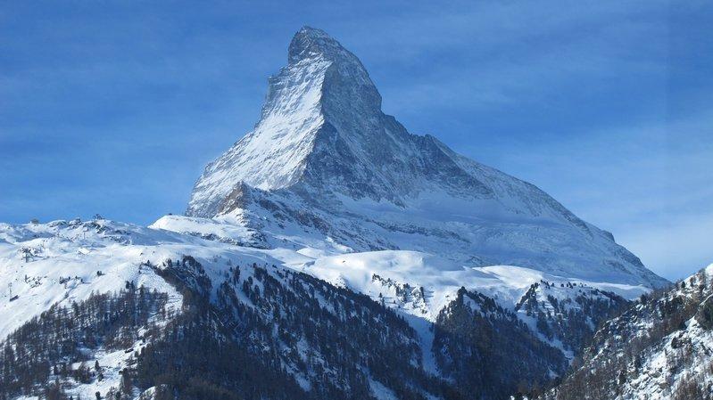 Au départ de Viège vers Zermatt, la table est mise pour le brunch du Glacier Express. Le voyage peut se prolonger sur le petit train du Gornergrat (3100 m). On passe devant le Cervin.  Le Nouvelliste