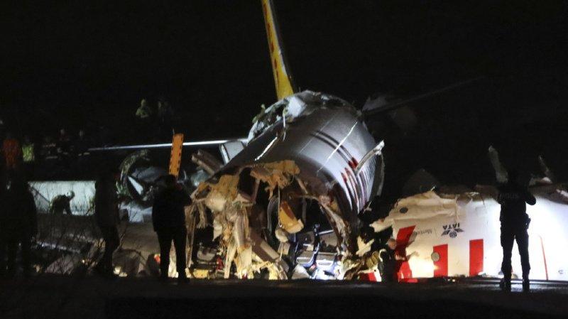Un avion sort de la piste à Istanbul, en Turquie: 1 mort et 157 blessés