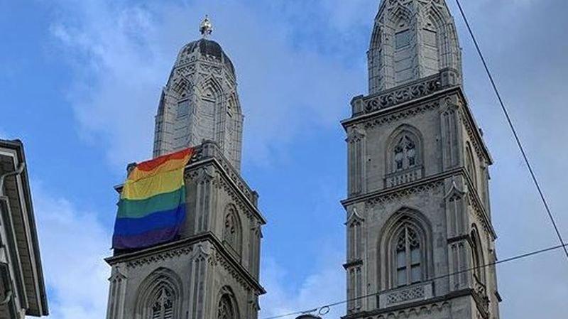 Un immense drapeau arc-en-ciel a été installé sur la tour nord de la Grossmünster.