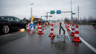 Un camion heurte le pont de la jonction autoroutière à Gland
