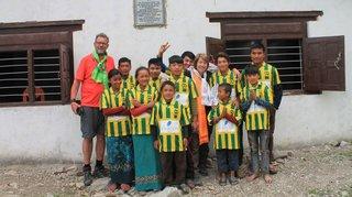 Les maillots de GB «porte-bonheur» de jeunes volleyeurs népalais