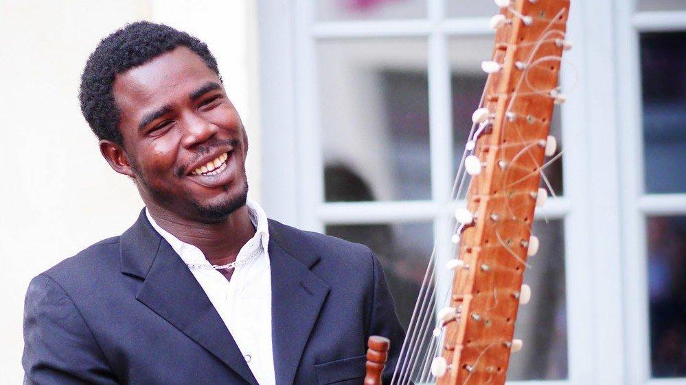 La kora avec laquelle joue actuellement Boubacar Cissokho a dix ans d'âge. Mais il possède encore celle sur laquelle jouaient son père et son grand-père.