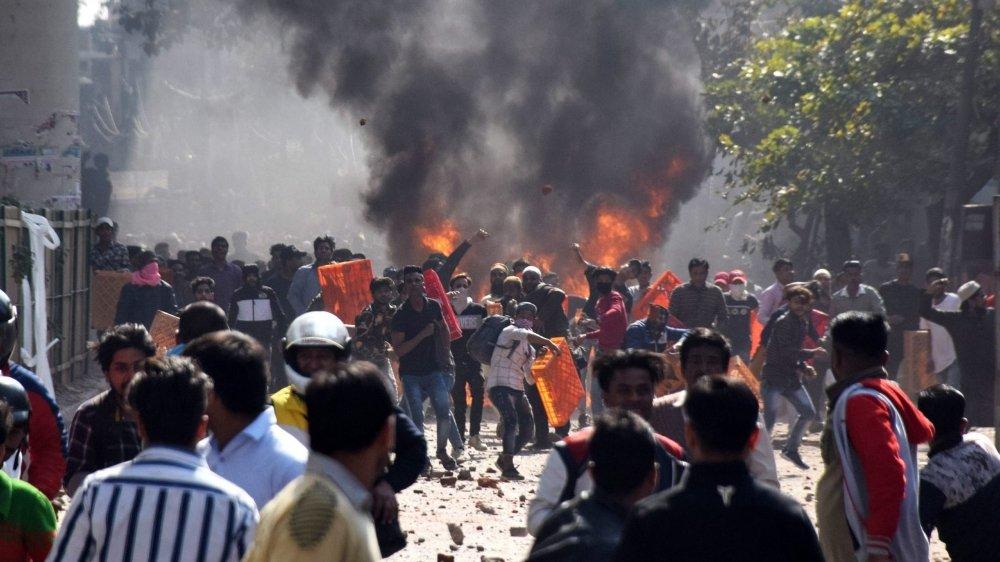 Les violences ont été déclenchées par un affrontement entre partisans et opposants de la loi, controversée, sur la réforme de la citoyenneté, qui défavorise les réfugiés mulsulmans en Inde.