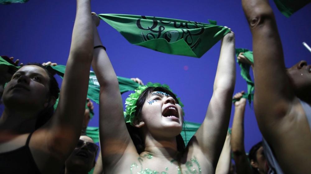 A l'instar de ces Argentines agitant leurs foulards verts devant le Congrès, à Buenos Aires, en faveur de la dépénalisation de l'avortement, les Latino-américaines veulent des avancées concrètes et le font savoir en multipliant les manifestations à travers tout le continent.