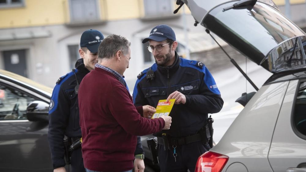 Hier, ces douaniers suisses distribuaient des brochures à la frontière italo-suisse sur la campagne de prévention contre la propagation du coronavirus. Les experts assurent que fermer les frontières est contre-productif et que la prévention est plus à même de lutter contre l'épidémie.