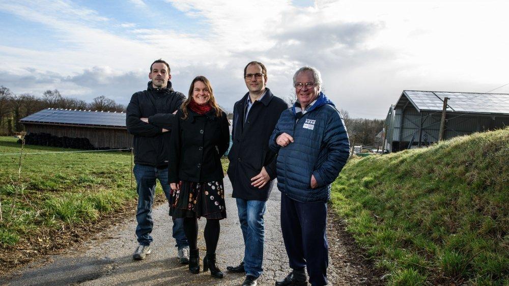 Luc Vidoudez, Anouck Tschudi, Luc Maurer et Christian Viande (de g. à dr.) devant les derniers bâtiments agricoles qui ont été recouverts de panneaux solaires dans le village.