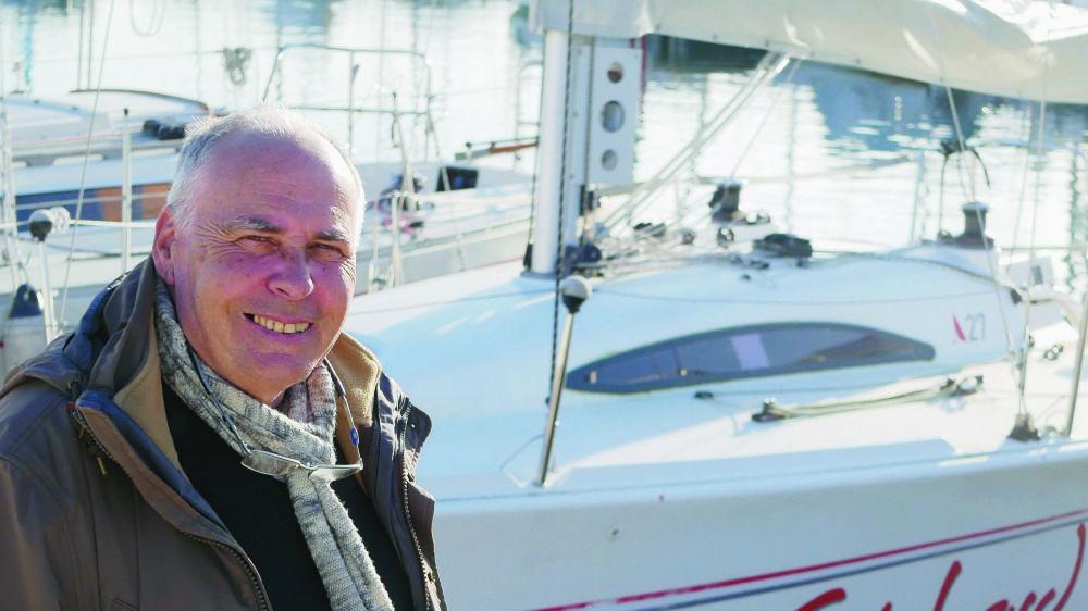 Jean-Pierre Borboën, alias «le ministre du port», sur son bateau,à Rolle. Le jeune retraité profite du panorama et de la douceur des jours.
