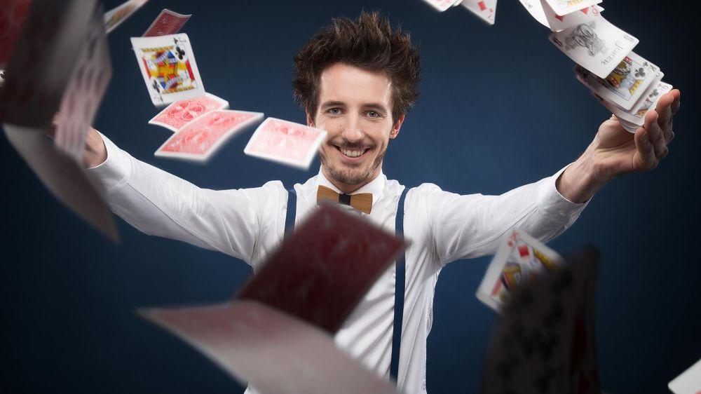 """Révélé par l'émission """"La France a un incroyable talent"""" en 2015, l'illusionniste virtuose Gus foulera les planches du Théâtre de Beausobre ce samedi. Un spectacle éblouissant, à partager en famille."""